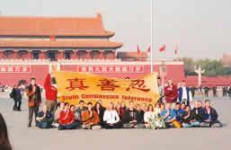 36位西方法轮功学员在天安门广场为法轮功和平请愿