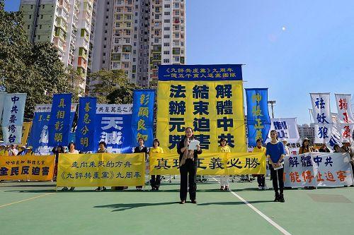 香港法轮功学员游行讲真相的场面(图片来自明慧网)。