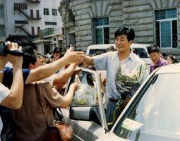 一九九四年七月李洪志先生来大连讲法,学员们欢迎师父