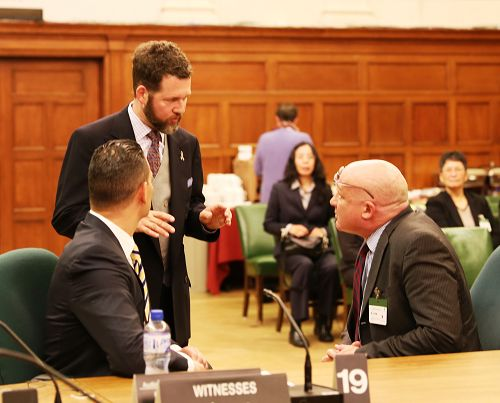 加拿大国会议员与听证会的两名证人——戴蒙•诺托医生和葛特曼先生交谈