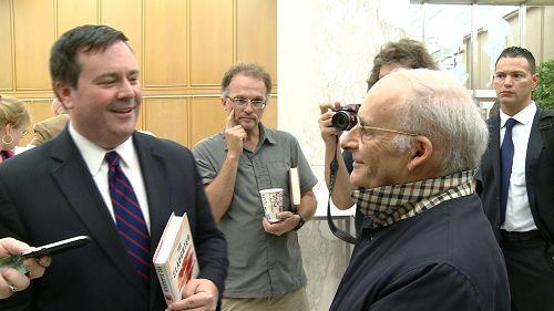 麦塔斯先生(右)和肯尼部长(左)交谈