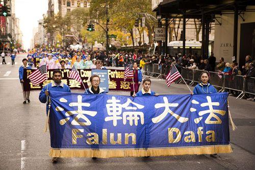 图1-3:法轮功学员参加二零一四年纽约老兵节游行