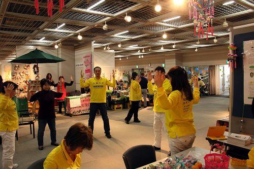 广岛市民交流庆典上,民众学炼法轮功