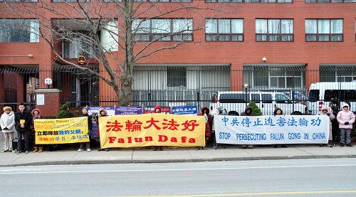 李喆和部分当地法轮功学员一起,要求释放李晓波,停止迫害