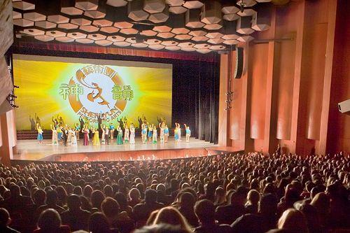 图1:12月28日晚,神韵巡回艺术团在美国德州休斯顿琼斯表演艺术剧院(Jones