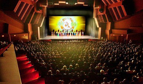图2:二零一四年三月十一日,神韵纽约艺术团在橙县演艺中心的首场演出全场爆满。