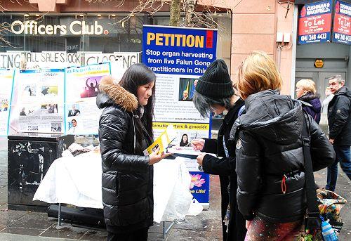 图:格拉斯哥商业街上征签反迫害