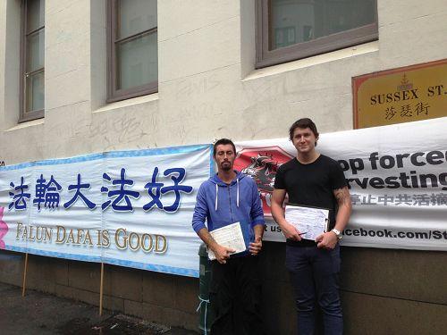 澳洲市民KEVIN(左)和JACK手拿征签表