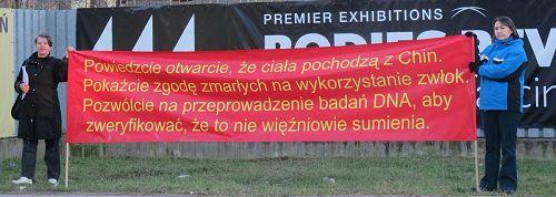 '波兰法轮功学员在华沙化工研究所门前,手持横幅要求澄清尸展真相'