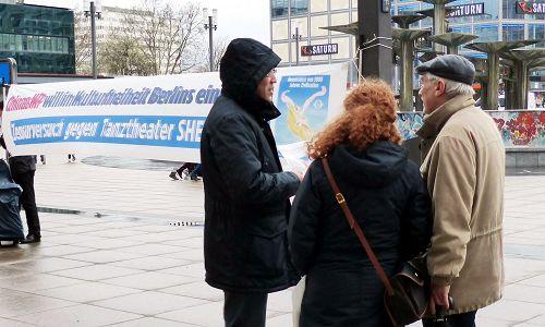 德国法轮功学员在街头揭露中共对神韵的干扰