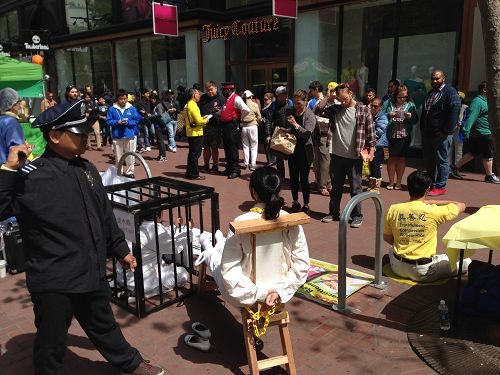 法轮功学员举办的反酷刑展引起路人关注