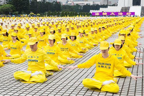 图1-4:二零一四年台湾逾六千人于自由广场排字、炼功,欢庆世界法轮大法日,场面壮观震撼。
