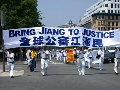 图5:二零零三年七月二十一日,来自世界各地六十多个国家的五千多名法轮功学员在美国首都华盛顿举行了声势浩大的全球公审迫害法轮功元凶的集会和游行