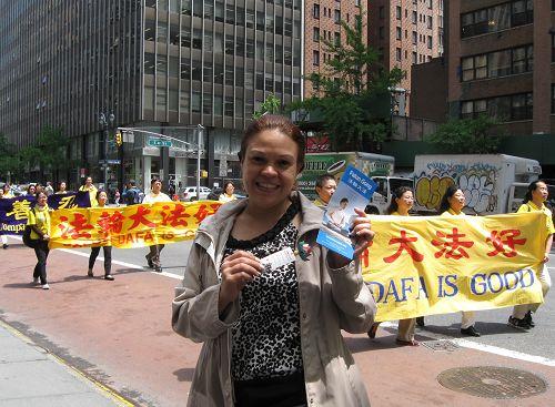 """图20:在联合国大楼附近一高级办公楼工作的Sandra表示,游行传递着""""真、善、忍""""很重要。"""