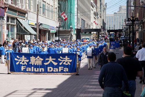 天国乐团在渥太华市中心游行