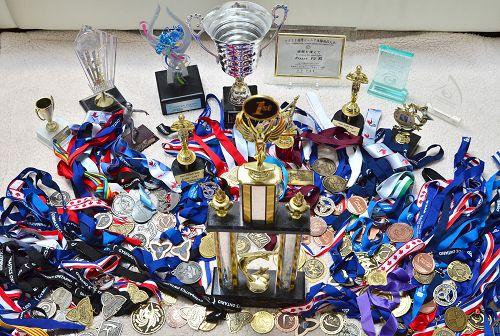 图:Aleeza参加体操比赛获得的部分奖杯和奖牌