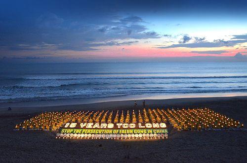 图13:傍晚时分,学员们点燃了点点烛光,悼念被中共迫害致死的法轮功学员,呼吁共同制止长达十五年的对法轮功学员的迫害。