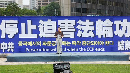 """图13:""""中国民主运动海外联席会议韩国支部""""部长武振荣呼吁十三亿中国大陆民众,一起反对迫害。"""