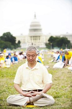 图1.二零一四年七月汪志远在华盛顿DC参加法轮功集会