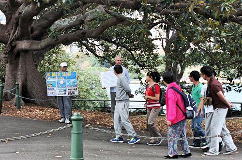 澳洲法轮功学员约翰•戴勒与同修一起在景点向中国游客传播真相