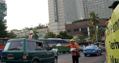 法轮功学员在印尼博达蓝酒店前发真相传单