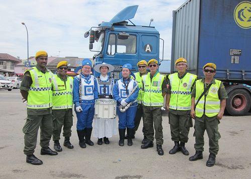 加叻游行结束后,志愿警卫队与天国乐团成员拍照留念。