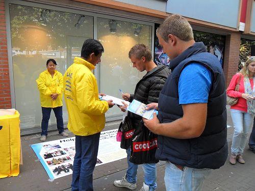 人们纷纷签名支持法轮功学员信仰自由的权利