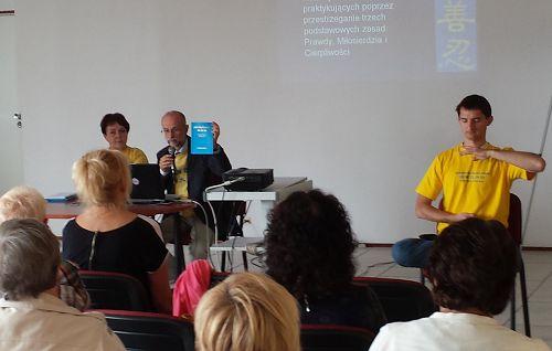 图1-2:波兰法轮功学员在健康博览会上做法轮大法专题介绍