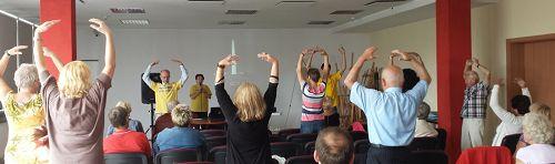 图5:波兰民众现场学习法轮功功法