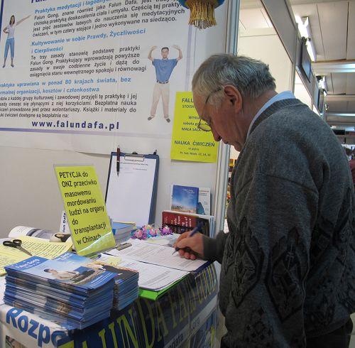 图13-16:波兰市民纷纷在征签簿上签名