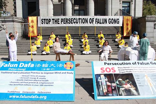 图1-2:温哥华法轮功学员在市中心艺术馆附近举行炼功,模拟酷刑展等反迫害活动