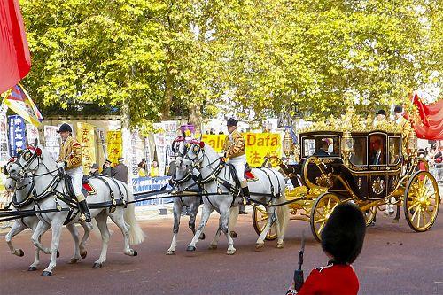 圖6:二零一五年十月二十日,在林蔭路(The Mall)上,英國女王伊麗莎白二世同習近平乘坐的馬車路過法輪功真相橫幅