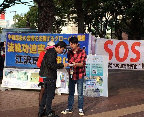 """图:在名古屋市最繁华地段之一的""""荣""""(Sakae),行人签名声援全球诉江"""