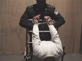 中共酷刑示意图:双手反背铐在椅子上