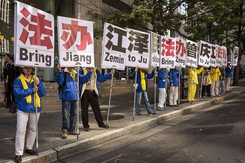 图:《每日镜报》和《每日邮报》网络版文章都有这张要求法办江泽民等迫害法轮功恶首的插图