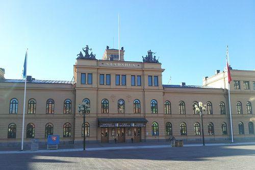 """松兹瓦尔市政厅,""""真善忍美展""""在这里举办"""