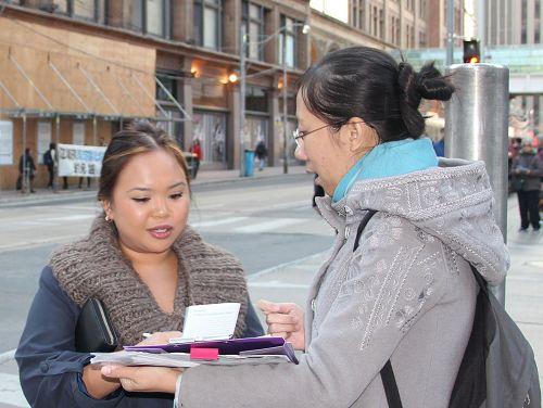 一位在一家豪华宾馆工作的菲律宾裔的女士,直接走到法轮功学员面前说要签名联署举报江泽民。