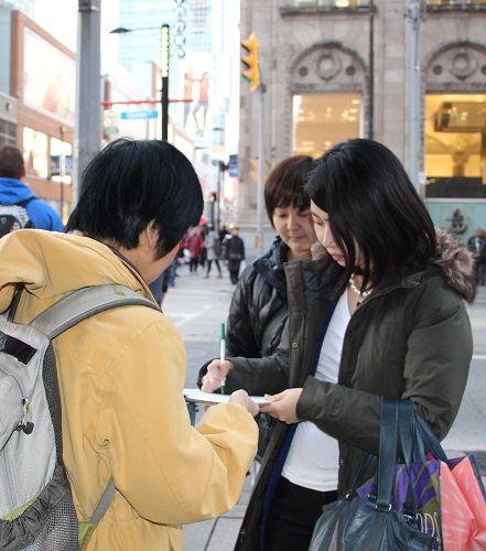 """两位日本女士Nao和Ascao直接找到法轮功学员说:""""我们要签名。"""""""
