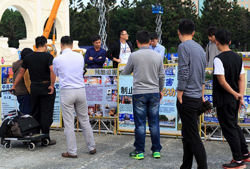 台湾法轮功学员六千人排法轮图形 震撼人心