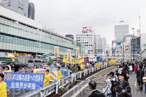 图3:法轮功学员在新宿闹市区举行声援诉江游行