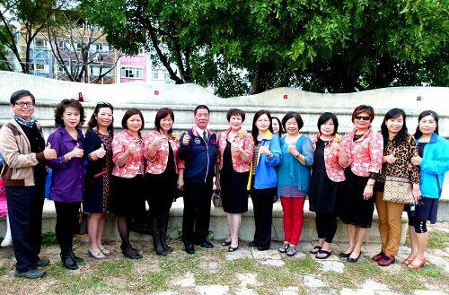 图3:台东兰馨交流协会和台东市长张国洲(左6)参与法轮功学员向李洪志大师拜年活动。