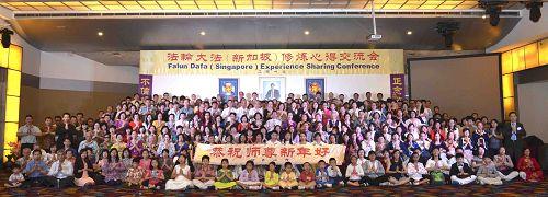 1)新加坡法会结束后,学员们集体合影,在二零一六年即将来临之际,恭祝慈悲伟大的师尊新年快乐。