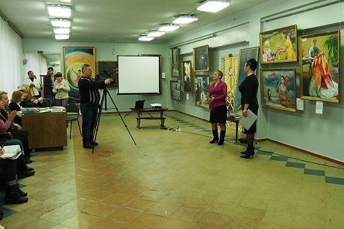 克拉玛托尔斯科市博物馆馆长及文化旅游局局长在美展开幕式上发表致词