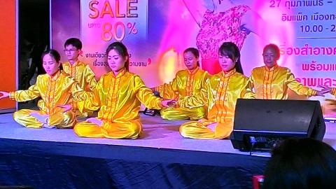 泰国健康与美容展上,法轮功学员在展台上演示功法