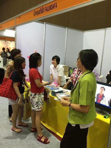 泰国健康与美容展上,参观者前来咨询、了解法轮功