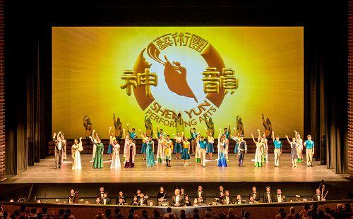 4月21日,神韵纽约艺术团2015年度在日本的7天8场巡演,在东京文化会馆落下帷幕。日本观众感动连连,纷纷表示期待神韵明年再来,让更多的日本人共享这份感动。