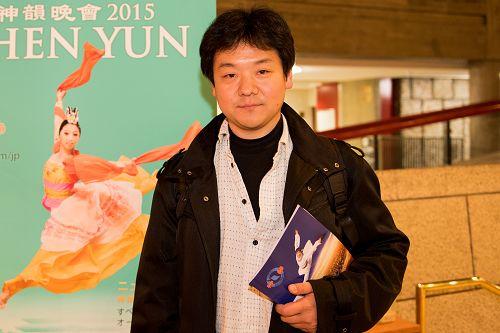 从事<span class='voca' kid='85'>小号</span>教学的音乐人佐復吉弘(Yosihiro Samata)先生观赏了18日晚上神韵纽约艺术团在东京文化会馆(Tokyo Bunka Kaikan)的演出。