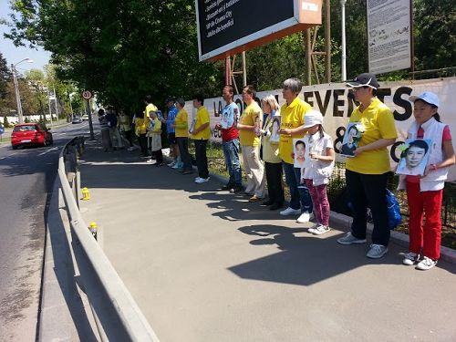 图1:罗马尼亚法轮功学员在中使馆前抗议