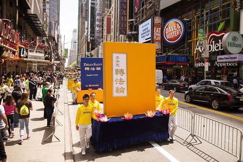 八千多名法轮功学员举行横贯曼哈顿市中心的盛大游行