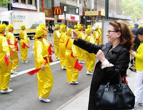 路人关注法轮功学员横贯曼哈顿的盛大游行